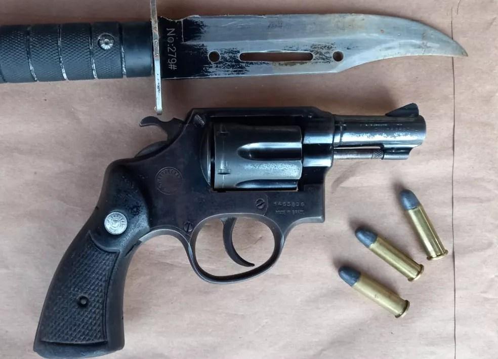 Arma, faca e munições apreendidas pela Polícia Civil durante operação Tríade — Foto: PCDF/Divulgação