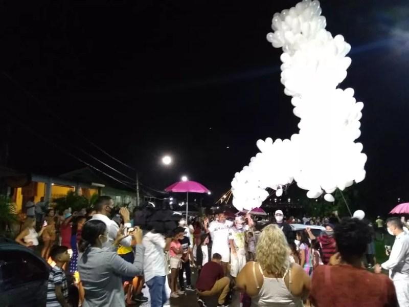Comunidade se reuniu no bairro da Base, em Rio Branco — Foto: Alcinete Gadelha/G1