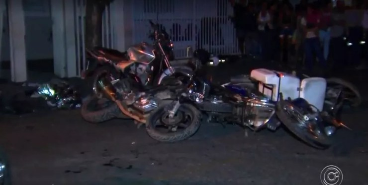 Carro desgovernado atingiu várias motos e carro em Rio Preto (Foto: Reprodução/TV TEM)