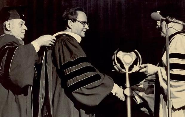 Eliseu Alves recebendo o título de doutor honoris causa da Purdue University, Indiana, nos Estados Unidos, em 1985 (Foto: Arquivo pessoal)
