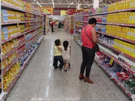 Em supermercado eles têm um carrinho especial para compras (Foto: Caio Gomes Silveira/ G1)