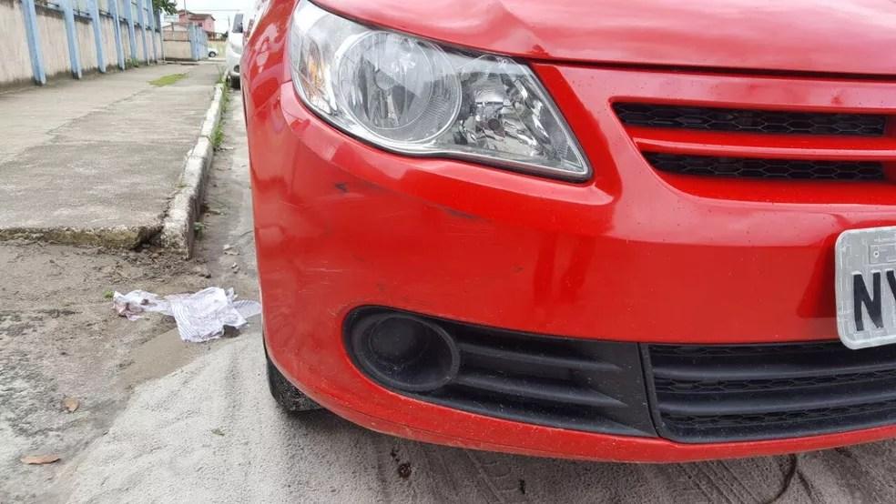 Carro que atropelou a adolescente na manhã deste sábado, na cidade de Teixeira de Freitas, região sul da Bahia (Foto: Rafael Vedra /Liberdadenews.com.br)