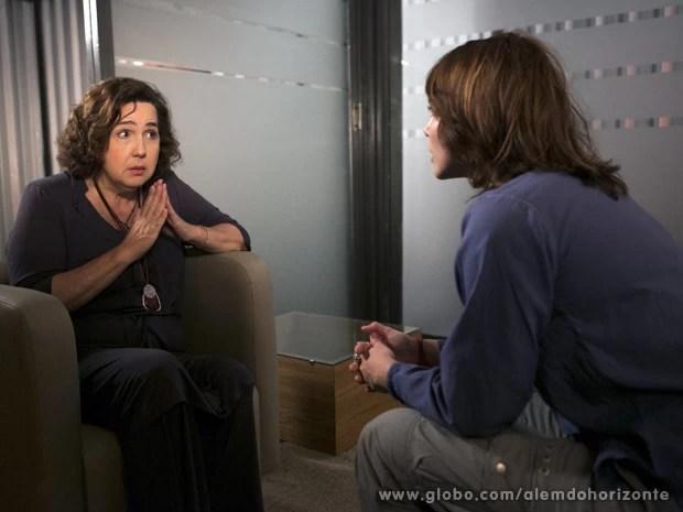 Zélia diz a Vitória que tem medo de ser descoberta  (Foto: Felipe Monteiro/TV Globo)