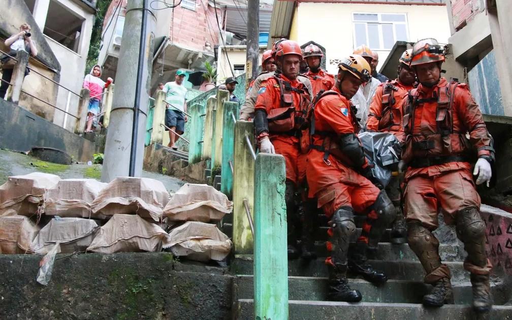 Bombeiros resgatam corpo de morador que estava desaparecido no Morro da Babilônia — Foto: Betinho Casas Novas/Futura Press/Estadão Conteúdo
