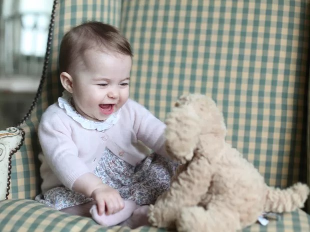 Uma nova foto da princesa Charlotte, segunda filha do príncipe William e da duquesa de Cambridge, Kate Middleton, foi divulgada pela família real britânica neste domingo (29) (Foto: Duchess of Cambridge via AP)