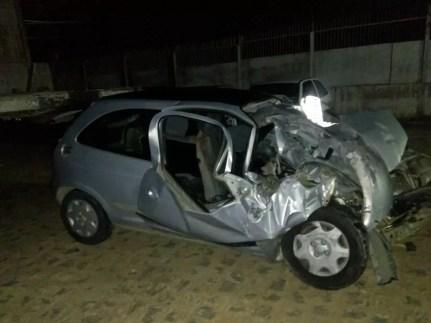 Carro em que a família estava ficou destruído após o acidente na BR-424 (Foto: PRF/Divulgação)