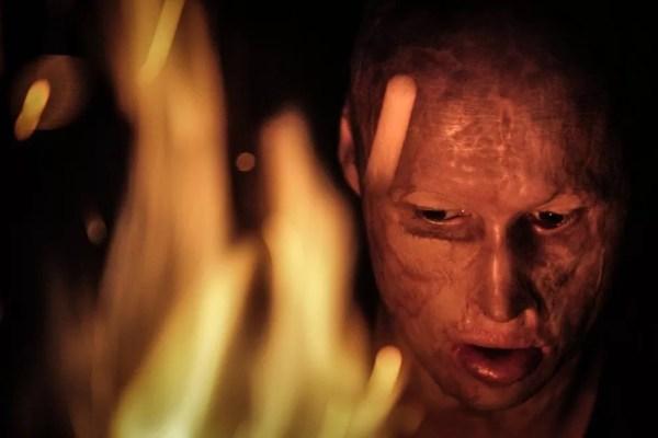 Apesar do que aconteceu, Lyosha diz que gosta de fogo e pode ficar olhando as chamas por horas — Foto: Pavel Volkov/ BBC