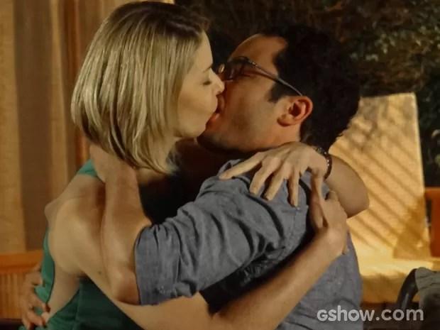 Silvia e Felipe se beijam (Foto: Em Família / TV Globo)
