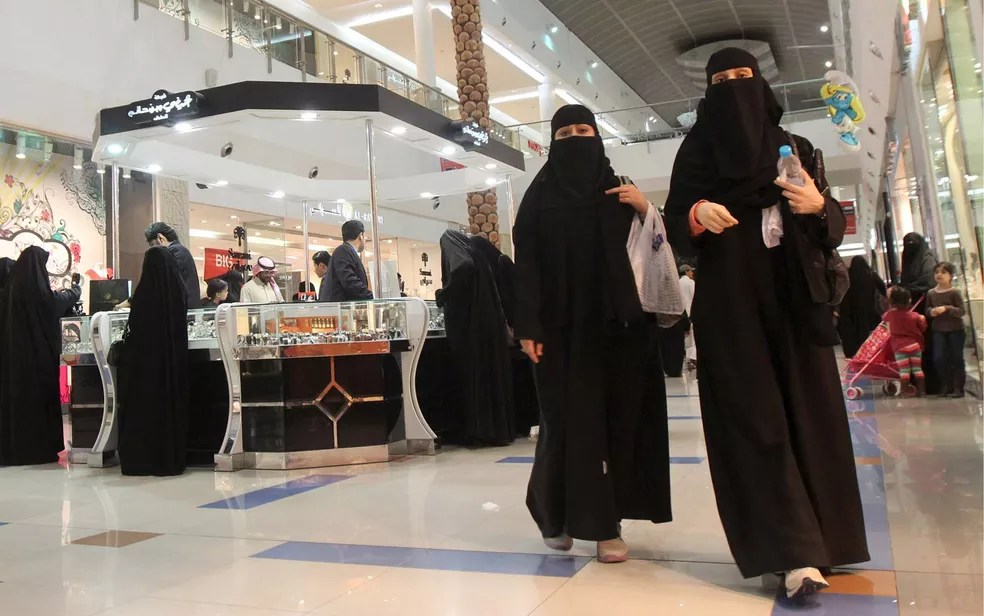 Mulheres sauditas fazem compras no shopping Al-Hayatt na capital Riad (Foto: REUTERS/Fahad Shadeed/File Photo)