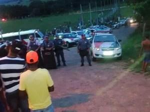 Um campo de futebol foi cercado no Parque do Pinheiros, em Álvares Machado. (Foto: Tatiane Ferreira/Tv Fronteira)