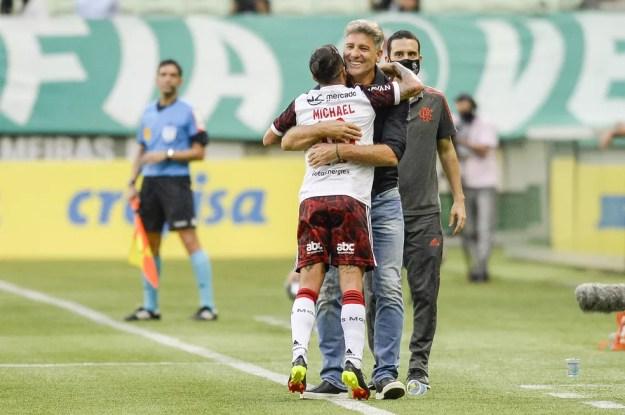 Michael comemora com Renato na vitória do Flamengo sobre o Palmeiras — Foto: Marcelo Cortes/Flamengo