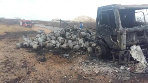 Caminhão carregado com botijões de gás de cozinha pega fogo em estrada no interior do RN — Foto: PM/Cedida