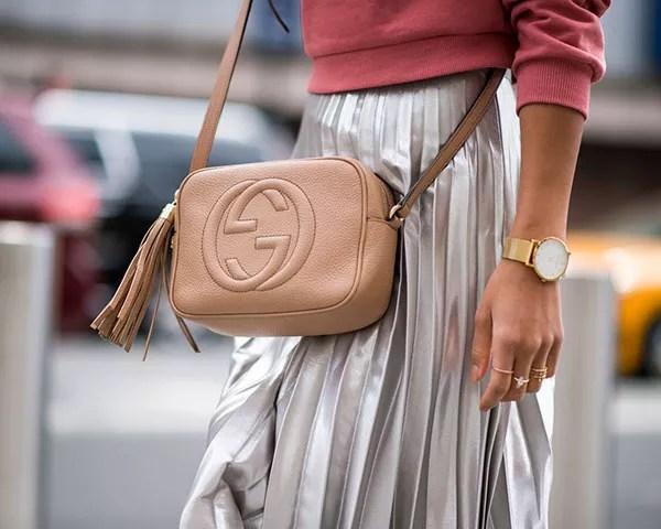 A saia plissada foi um destaque na moda de rua (Foto: Imaxtree)