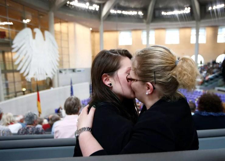 Casal se beija após parlamento aprovar a união homossexual nesta sexta-feira (30)  (Foto: Fabrizio Bensch/ Reuters)