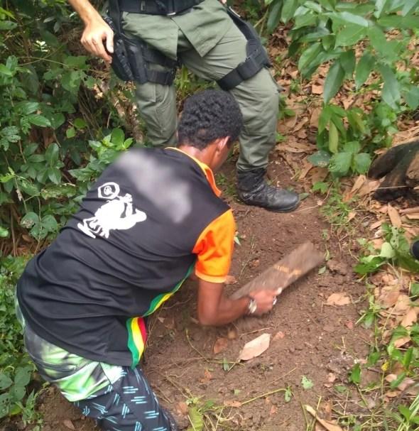 Cabeça do homem foi enterrada por um dos suspeitos, em Catende — Foto: Polícia Militar/Divulgação