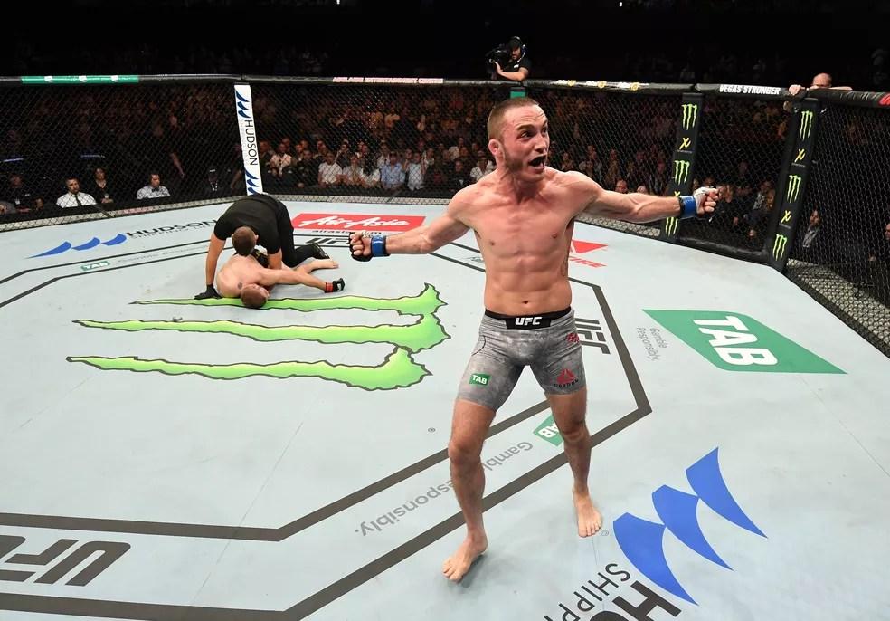Tony Martin comemora a vitória sobre Jake Matthews no UFC Adelaide — Foto: Getty Images