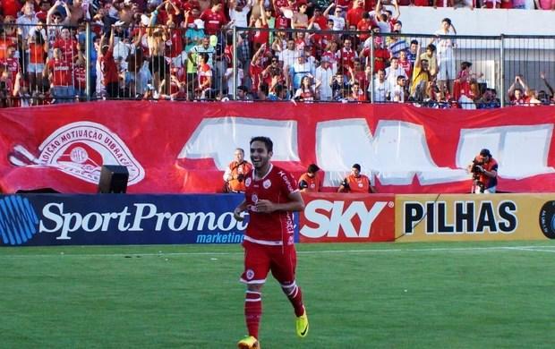Jovem meia Régis fez o primeiro gol do América-RN no clássico (Foto: Augusto Gomes)