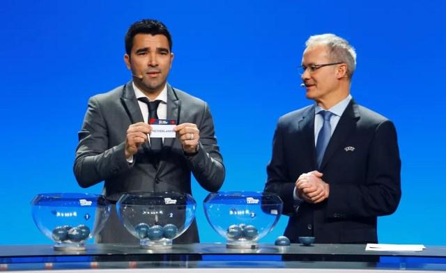 O português Deco foi o responsável pelo sorteio da liga principal (Foto: Pierre Albouy / Reuters)