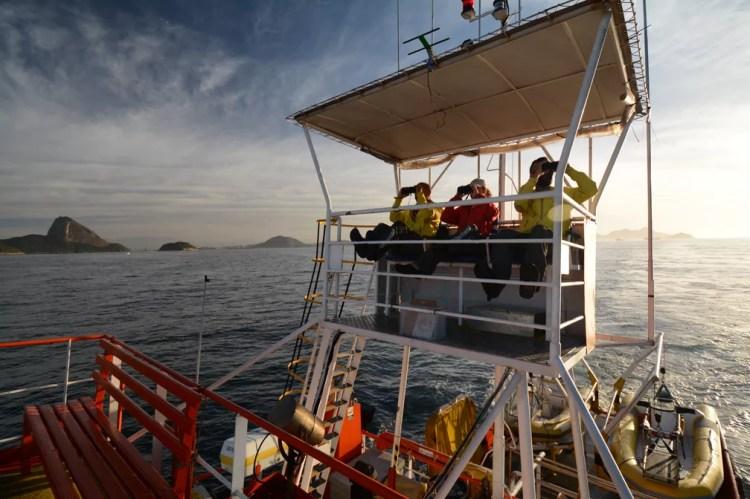 Pesquisadores em embarcação durante expedição para registro de animais na Bacia de Santos — Foto: Divulgação/Socioambiental