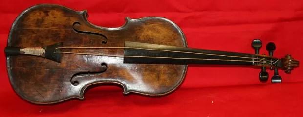 Violino de maestro do Titanic é encontrado 101 anos após o naufrágio (Foto: Henry Aldridge/AP)