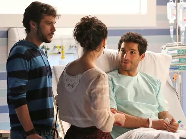 Felipe acaba falando mais do que deveria a Taís, e Pedro fica tenso (Foto: Isabella Pinheiro / Gshow)