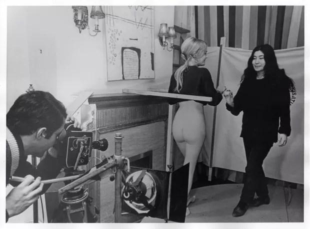 Yoko Ono Filme no 4 (Bottoms) (Traseiros), 1966, still da produção – Yoko Ono dirigindo (Foto: Foto: John D. Drysdale/Cortesia de Yoko Ono)