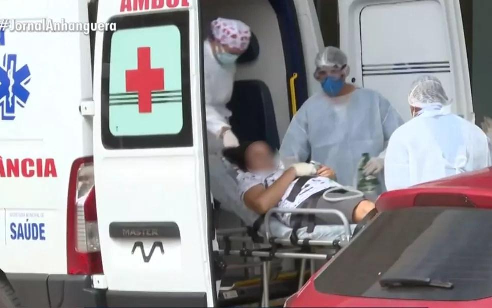 Ambulância leva paciente com Covid-19 para UTI em Goiás — Foto: Reprodução/TV Anhanguera