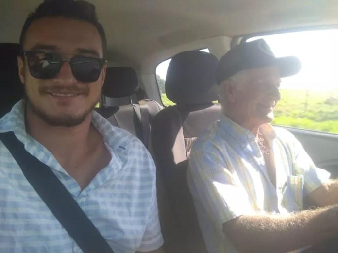 O sobrinho e o antigo patrão do seu Zé foram até Barra Bonita para buscar o senhor desaparecido — Foto: Arquivo pessoal/Willian Garcia Souza