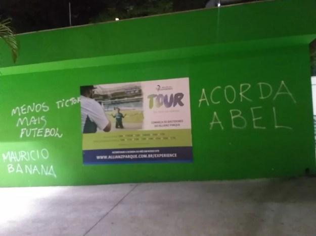 Muro do estádio do Palmeiras é pichado após derrota para o São Paulo — Foto: Reprodução