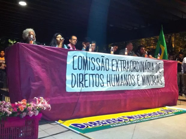 O cartunista Laerte Coutinho e o deputado Jean Wyllys (PSOL-RJ) participam de ato contra o pastor Macor Feliciano (PSC-SP) na Praça Roosevelt, no Centro de São Paulo (Foto: Julia Basso Viana/G1)