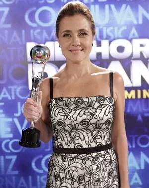 Adriana Esteves posa com o troféu  (Foto: Domingão do Faustão/ TV Globo)