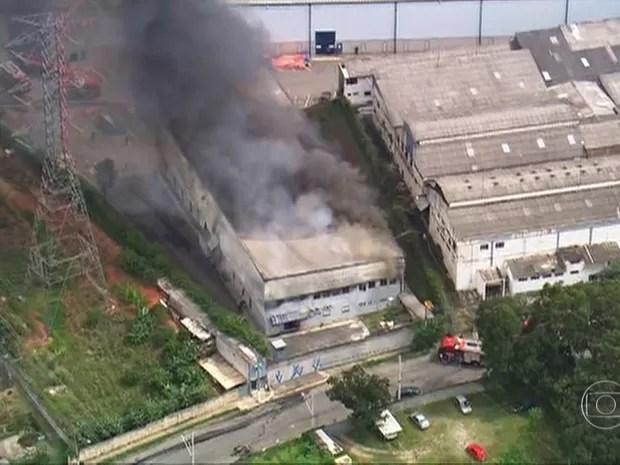 Um incêndio atingia o imóvel de uma empresa que fabrica cartões em Osasco, de acordo com o Jornal Hoje. (Foto: Reprodução/TV Globo)