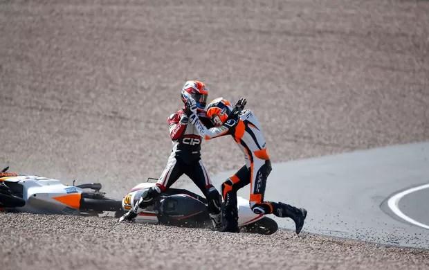 Bryan Schouten e Scott Deroue briga no Moto GP (Foto: Reuters)
