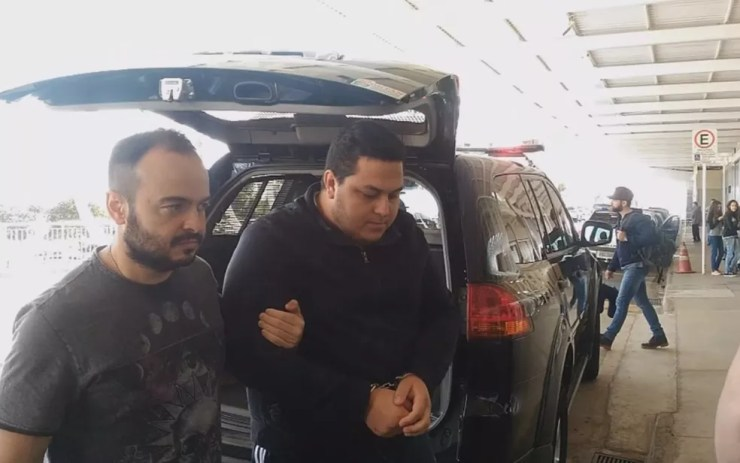 João Felipe Barbieri é escoltado no aeroporto de Rio Preto (Foto: Reprodução/TV TEM)
