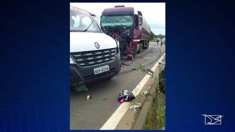 Colisão entre carreta e van deixa 7 mortos na BR 226 em Caxias — Foto: Reprodução/TV Mirante