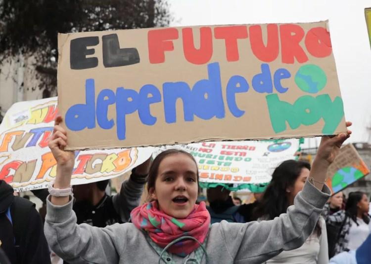 """Jovem segura cartaz com dizeres """"O futuro depende de nós"""" em protesto na cidade de Bogotá, na Colômbia. — Foto: REUTERS/Guadalupe Pardo"""