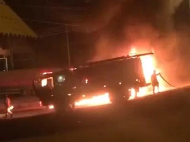 Um ônibus também foi incendiado na BR-364  (Foto: Reprodução)