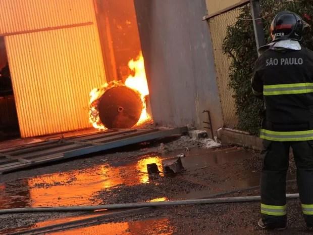 Bombeiros trabalham para conter fogo em Araraquara (Foto: Marcos Leandro/Tribuna Impressa)