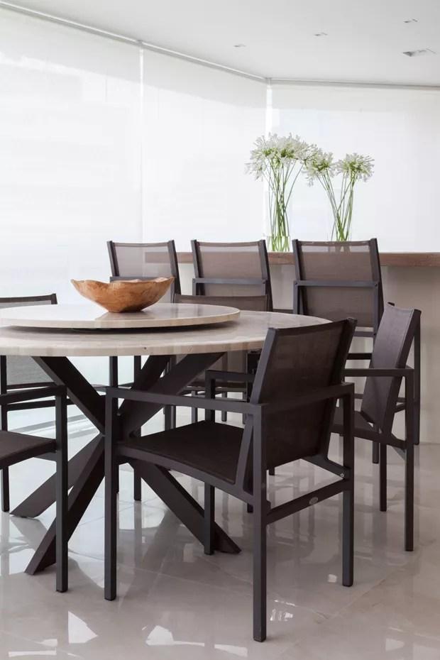 ESPAÇO DE REFEIÇÕES | A varanda também ganhou espaço para refeições. Mesa com tampo de mármore da Breton. Cadeiras da Franccino Giardini (Foto: Lufe Gomes/Divulgação)