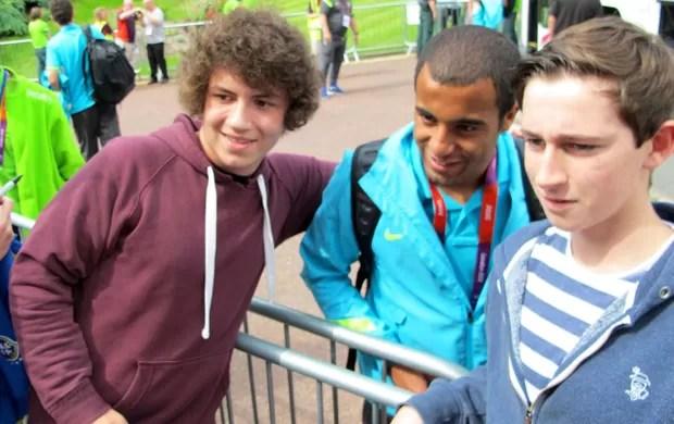 Lucas com torcida na chegada da Seleção em Manchester (Foto: Márcio Iannacca / Globoesporte.com)