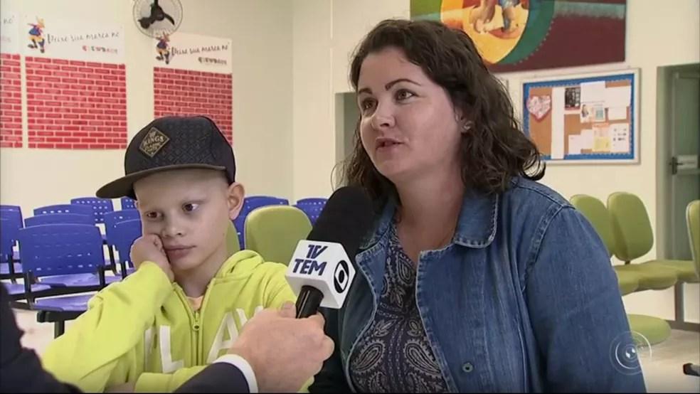 Rodrigo e a mãe Daiane estão preocupados com a possibilidade do fechamento do hospital em Jundiaí (Foto: Reprodução/TV TEM)