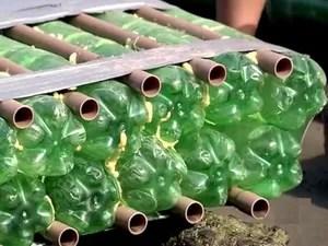 Barco foi produzido com 820 garrafas de plástico (Foto: Reprodução / TV Tribuna)