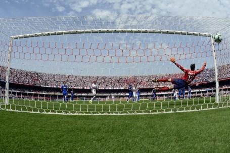 Hernanes faz lindo gol de falta na partida contra o Cruzeiro (Foto: Alan Morici / Estadão Conteúdo)