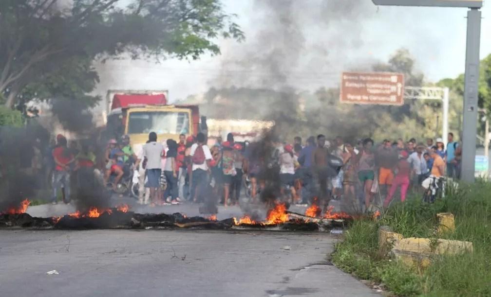 Manifestantes colocaram pneus em chamas e bloquearam a Rodovia BR-232, nas proximidades do Jardim Botânico do Recife, na manhã desta sexta-feira (28) (Foto: ADELSON COSTA/PERNAMBUCO PRESS)