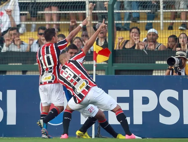 Luis Fabiano gol São Paulo (Foto: José Patrício / Ag. Estado)