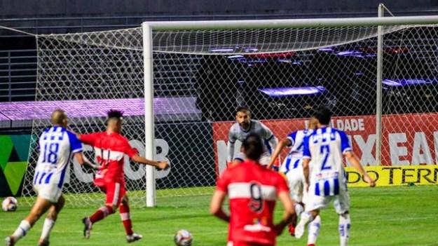 Luidy recebe o passe de Igor e fica cara a cara com Bruno Grassi no segundo gol do CRB