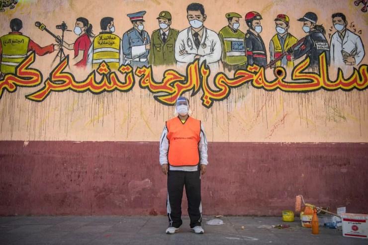 O marroquino Daoui Mohammed, presidente da associação comunitária Anwal, posa para uma foto em Sale, no Marrocos. Daoui contribui e ajuda as autoridades a aumentar a conscientização sobre a nova pandemia de coronavírus entre os moradores — Foto:  Fadel Senna/AFP