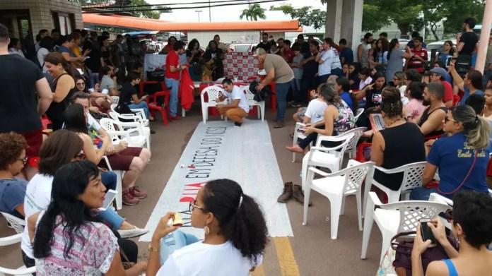 Estudantes, professores e servidores se reuniram na entrada da Unifap, em Macapá — Foto: Carlos Alberto Jr/G1