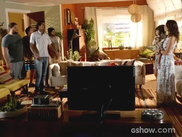 O malandro tira onda de bacana com os amigos (Foto: Em família / TV Globo)