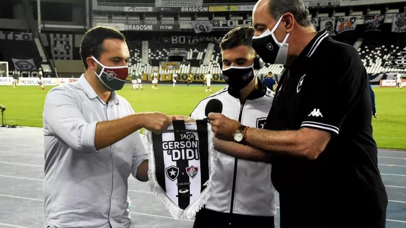 Mário Bittencourt e Nelson Mufarrej, presidentes de Fluminense e Botafogo, em amistoso — Foto: Mailson Santana / FFC